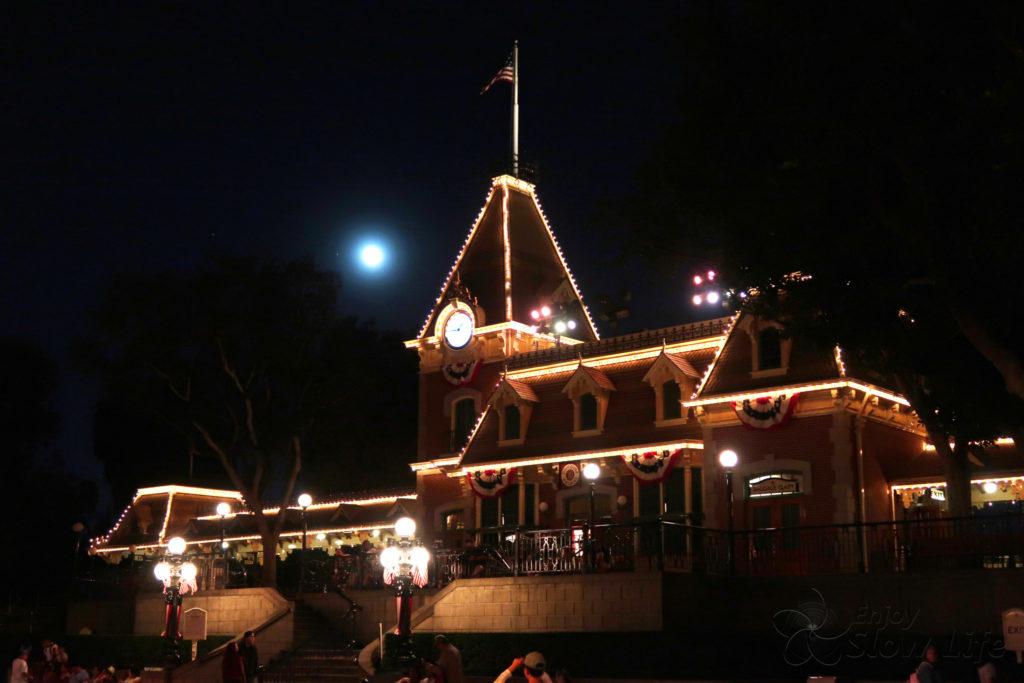 夜の カリフォルニア ディズニー と 月